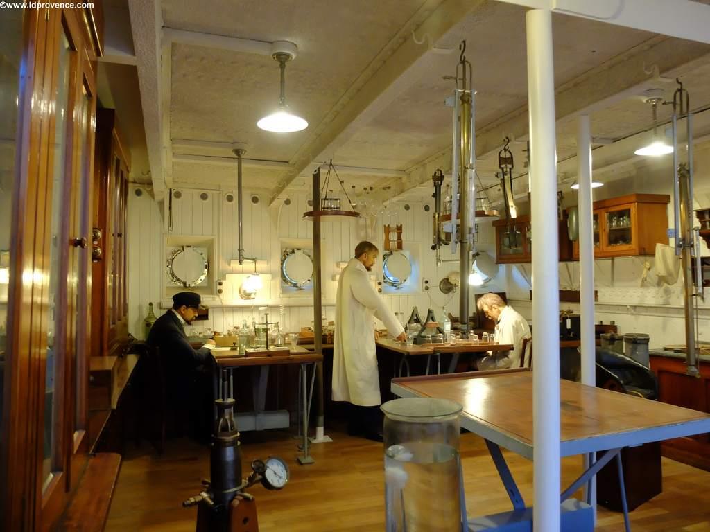 Altes nachgebautes Schiffslabor im Ozeanographischen Museum Monaco