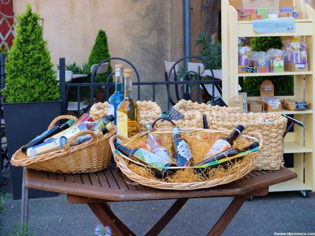 Gordes Frankreich in der Provence mit seinen Sehenswürdigkeiten und provenzalischen Boutiquen