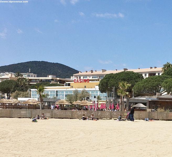 Strand mit Casion im Hintergrund in Ste Maxime -Frankreich