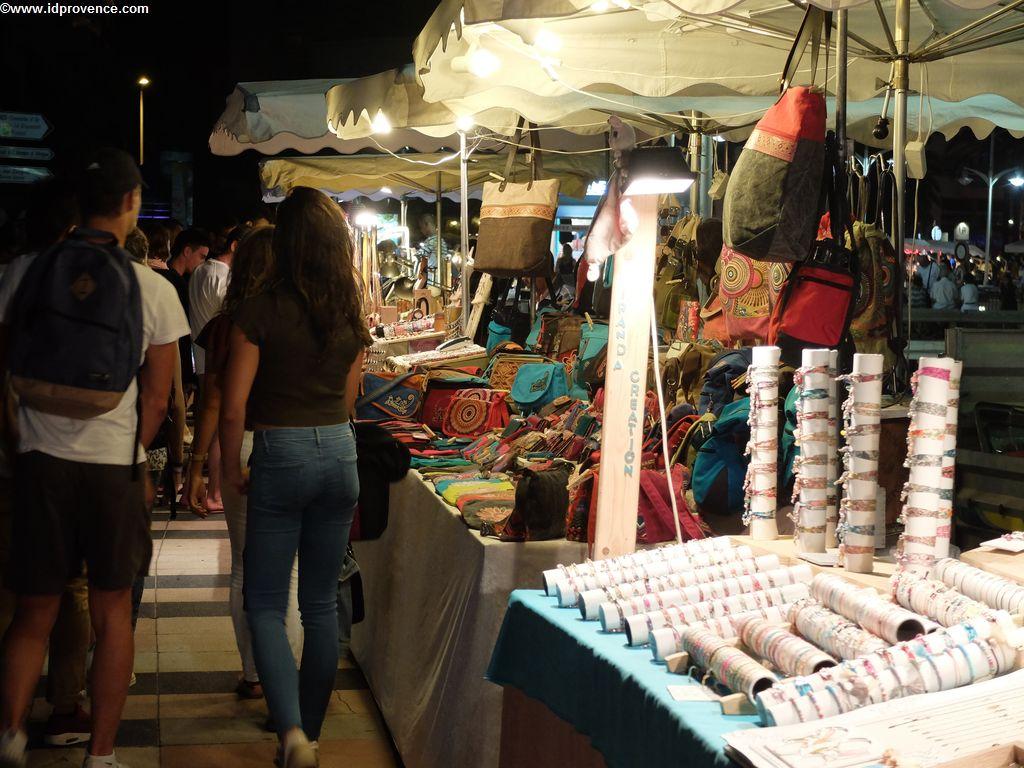 St Raphael (VAR) mit seinem nächtlichen Markt am Hafen