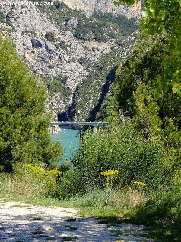 Verdon Schlucht in der Provence:Der Gorges du Verdon ist ein absolutes Provence Highlight. Hier der Blick auf die Brücke GALETAS vor dem Gorge du Verdon