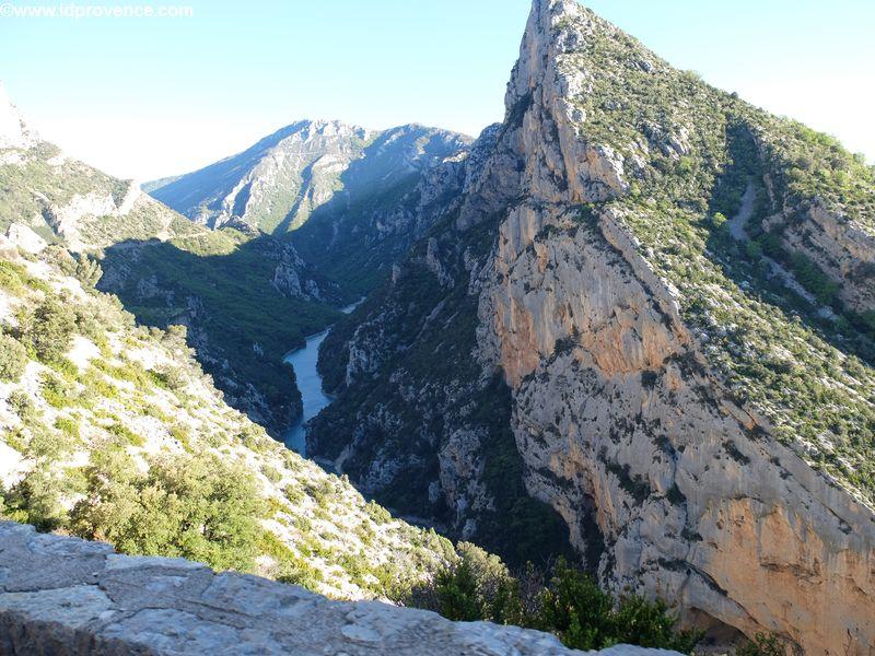 Verdon Schlucht in der Provence: Der Gorges du Verdon ist ein absolutes Provence Highlight. Hier die Anfahrt über die D952 Richtung Castellane.