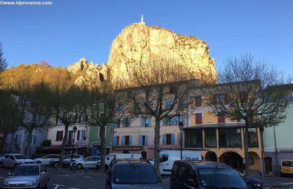 Castellane mit seinem goldenen Felsen im Abendlicht