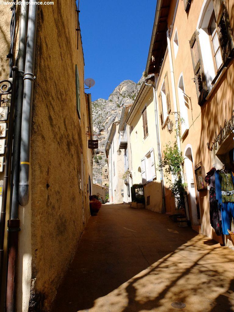 Moustiers-Sainte-Marie in der Nähe der Verdon Schlucht in der Provence: Der Gorges du Verdon ist ein absolutes Provence Highlight.