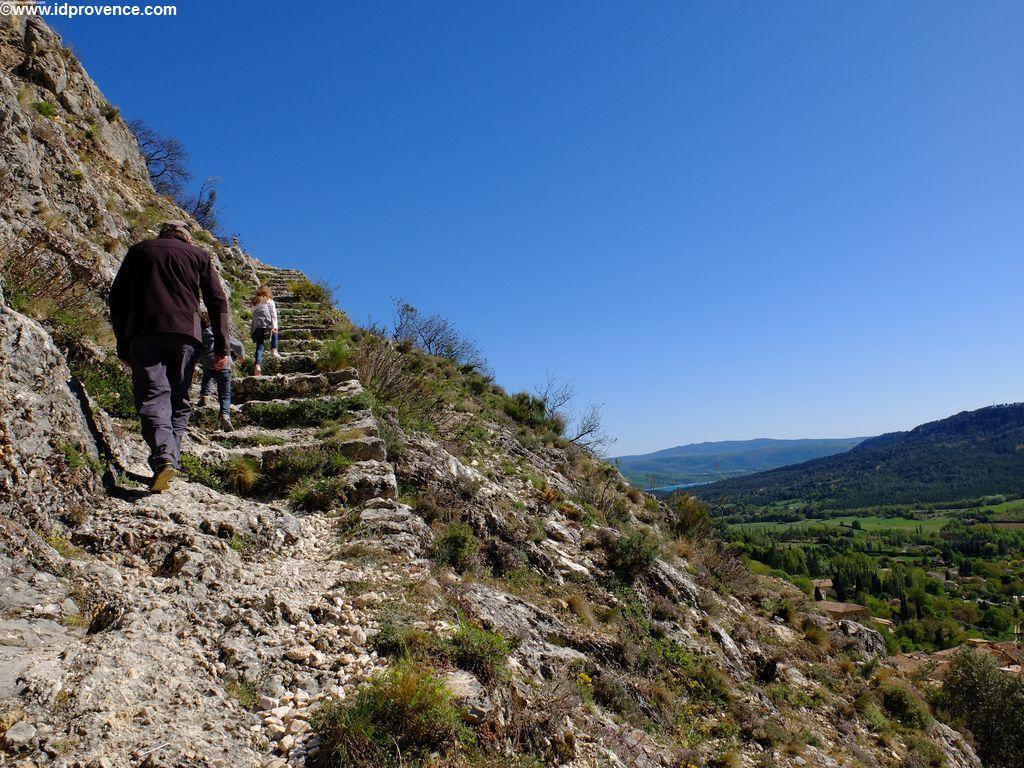 Wanderung von Moustiers zur Kirche in den Bergen
