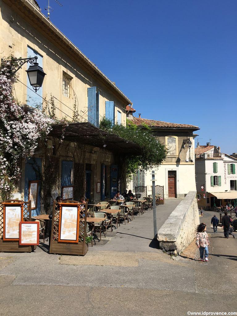 Nehmen Sie sich Zeit in Arles! Vielleicht im Café neben Arènes?