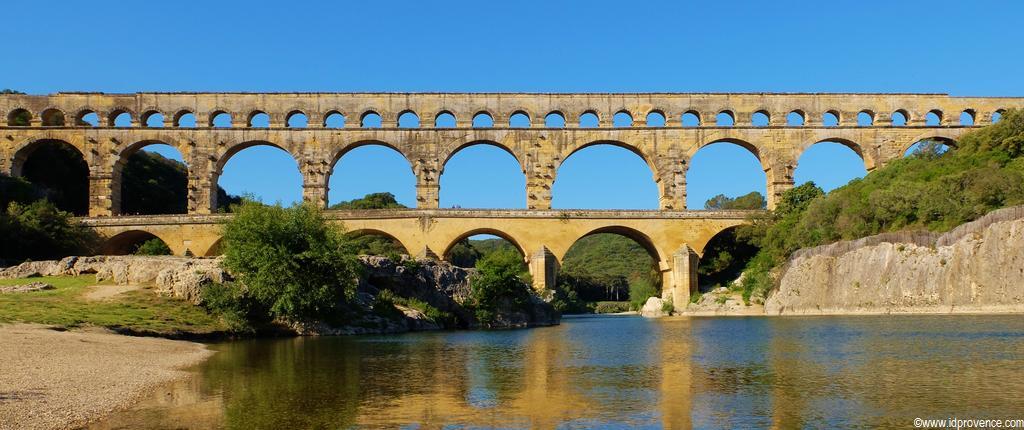 Die Pont du Gard ist mit 49 Metern Höhe die höchste  von den Römern erbaute Brücke und zählt in Frankreich zu den 10 meist besuchtesten Monumenten ist aber nur knapp eine Provence Sehenswürdigkeit