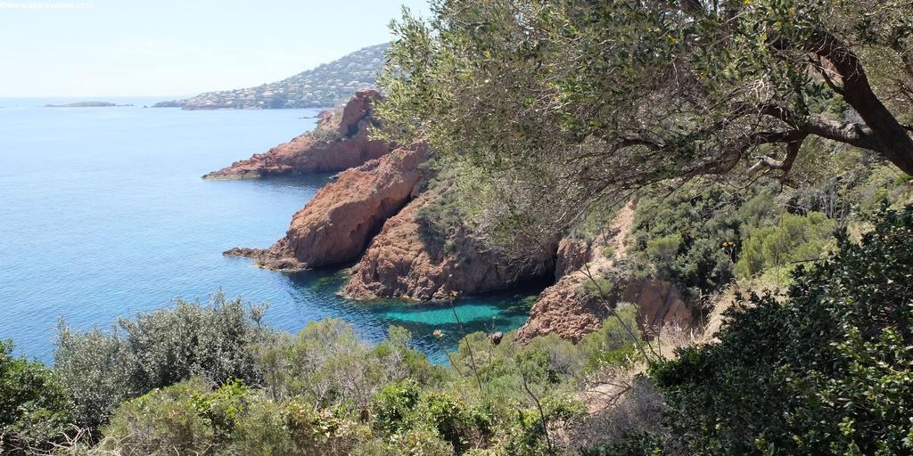 Traum-Strände am Mittelmeer: Bucht St. Barthelemy in der Nähe Fréjus
