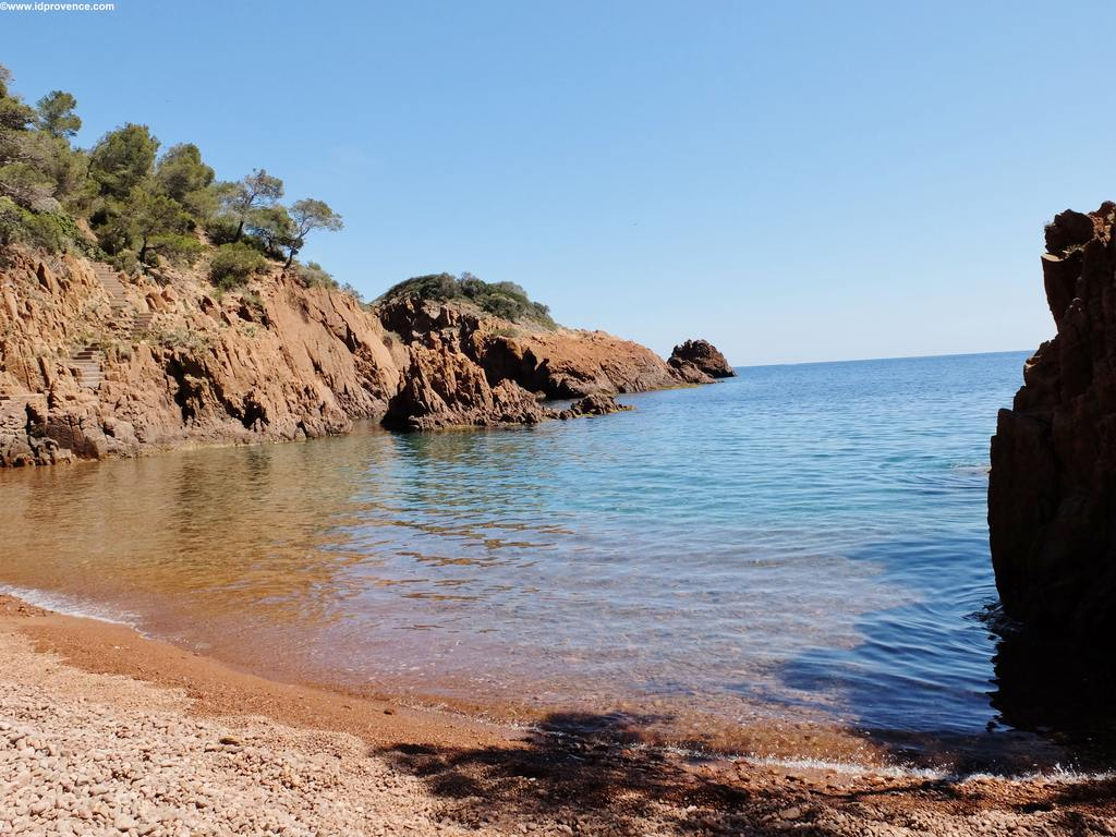 Strand an der Côte d'Azur mit türkisfarbenen Wasser: St.Barthelemy an der Corniche d'Or