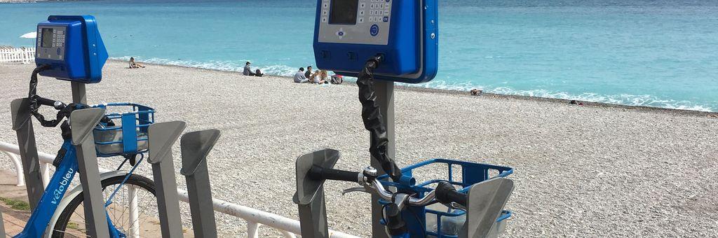 Fahrradverleihstation am Strand von Nizza von Vélo Bleu