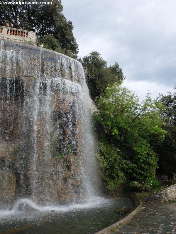 Nizza-Schlosshuegel mit Wasserfall