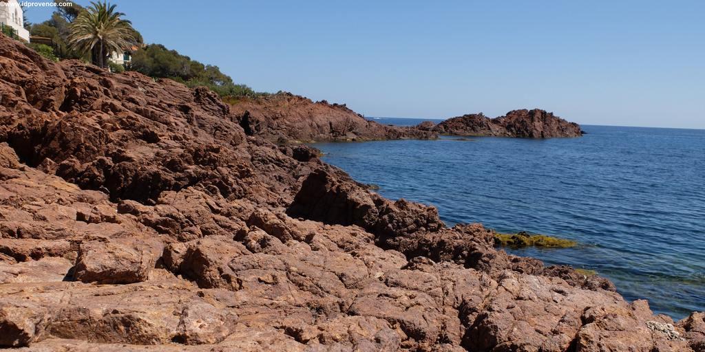 Die schönen Strände am Mittelmeer sind wie hier in Felsbuchten eingebettet. Corniche d'Or.