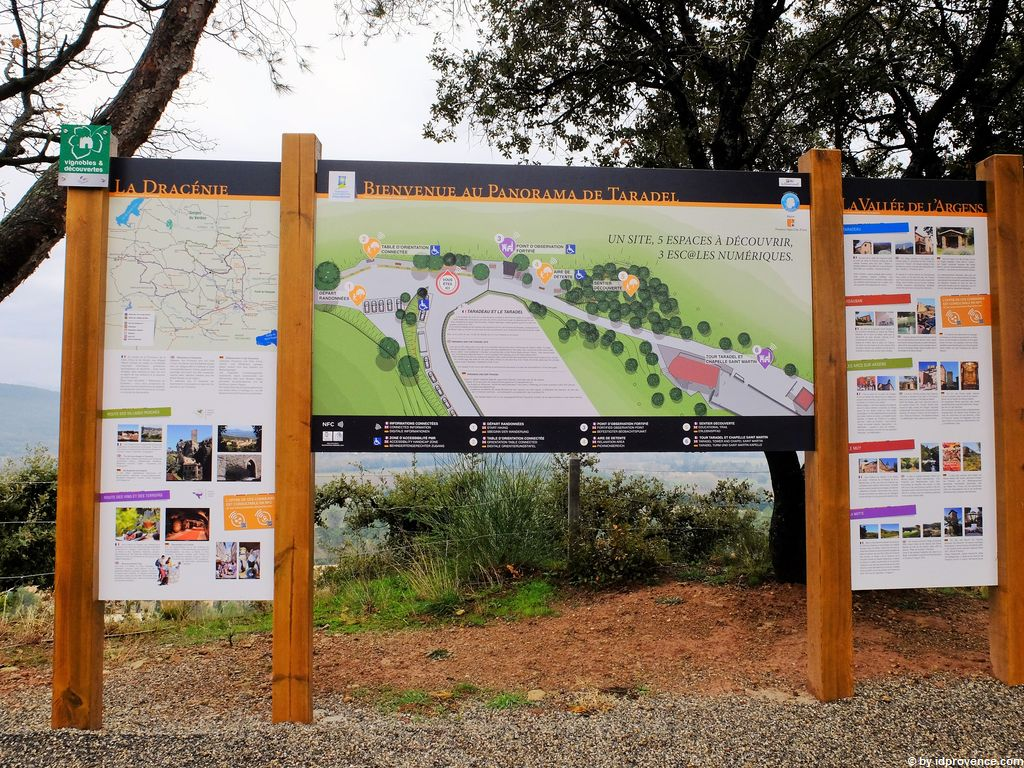 Die Site Taradel im provenzalischen Dorf Taradeau (VAR)