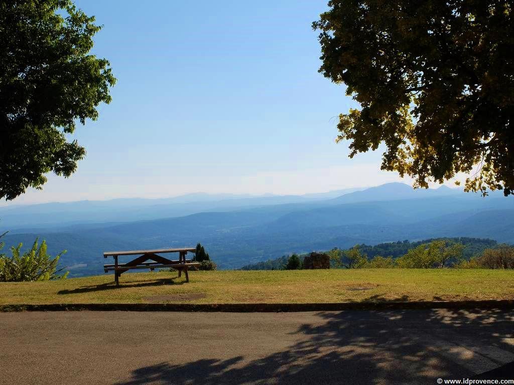 Tourtour: 635 Meter Höhe erlauben einen fantastischen Weitblick auf die Provence
